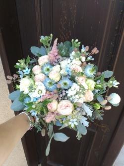 světle modrá svatební kytice