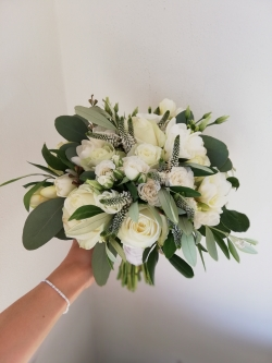elegantní bílá svatební kytice