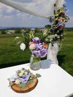 kompletní dekorace svatebního obřadu letní svatba